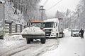 Husté sneženie zatvorilo horské priechody: Traktor zápasil s kamiónom