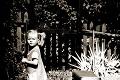 FOTOhádanka: Vyrástla z nej známa umelkyňa, malá copaňa má už v kočíku synčeka