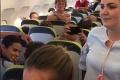Za slovenskými folkloristami prišla letuška s nečakanou požiadavkou: Aha, čo sa o chvíľu rozpútalo na palube!