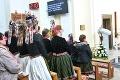 Party v slovenskom kostole! Dedinčania sa poriadne čudovali, keď uvideli, čo majú mladé dievčatá na hlavách