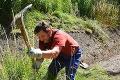 Už nemusí kopať: Poslanec chcel vyčistiť sídlisko, teraz sa dočkal poriadnej pomoci!