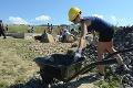 Americkí herci pomáhajú našim Rómom: Lopatu do ruky a hybaj na stavbu!