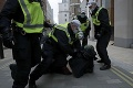 Protest proti opatreniam vo Viedni skončil zatýkaním: Potýčky s mužmi zákona kvôli tvrdému lockdownu