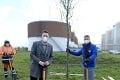 Bratislava opäť o čosi zelenšia: Stromy sadil aj primátor Vallo