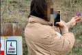 Fotka dievčiny z bratislavského Sandbergu rozpútala búrlivú diskusiu: Čo hrozí za odtrhnutie vzácneho kosatca?