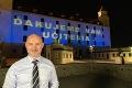 Nadherný prejav vďaky slovenským učiteľom: V ich špeciálny deň pre nich nasvietili celý Bratislavský hrad