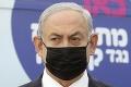 Izraelský premiér sa stal terčom kritiky: Pozastavili rozdávanie prebytočných vakcín