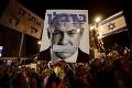Izraelský premiér upadol do nevôle občanov: Tisíce ľudí proti nemu protestovali pred voľbami