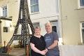 Manželia nemohli pre koronu do Paríža, Eiffelovku si postavili pred domom: Teraz hasia problém