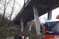 Dráma v Žiline: Auto spadlo z mosta, polícia reguluje dopravu