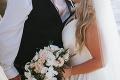 Keď vyšli von držiac sa za ruku, všetci po nich zízali: Kráska už svojho manžela neskrýva