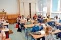 Školský rok sa začal s prísnymi protiepidemickými opatreniami: Ako sme zvládli prvý deň v triede s rúškami