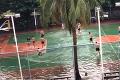 Nič ich nezastaví: Basketbal si zahrali aj na zaplavenom ihrisku