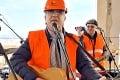 Dal sa ukecať na uletený koncert: Spoznáte v stavbárovi slovenského speváka?