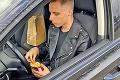 Maturanti zostali v šoku, keď im policajti zaklopali na okienko: Pokuta za jedenie hamburgera vaute!