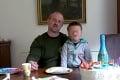 Kotleba prehovoril so synčekom Ľudkom na kolenách: Prečo som ho zobral z Egypta