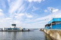 Posádka si už vyskúšala nové plavidlo, obyvatelia však musia čakať: Kompa cez Dunaj stále trčí v prístave