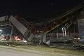 Tragické zrútenie mosta pre metro: Počet obetí stúpol na 26, v nemocniciach je 34 zranených