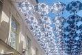 Jeden z najkrajších detailov v centre Bratislavy je späť: Kým sa inšpirovala ikonická dáždniková ulica tentoraz?