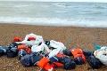Na pobreží sa objavilo množstvo záchranných viest: Keď zistili, čo v nich je, policajti boli v pozore