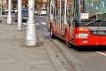 Na zastávke MHD v Bratislave vyčíňal agresívny muž: Vulgárne nadávky a údery do hlavy!