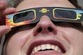 Pohľady ľudí z celého sveta sa upreli na spoločný bod: Unikátne zábery zatmenia Slnka, takto ho sledovali v Hlohovci!