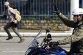 Pre neho pravidlá neplatia? Brazílsky prezident Bolsonaro nemal na zraze motorkárov rúško