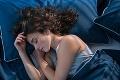 Mobil do postele nepatrí, môže to viesť k závažným následkom: Ako mať zdravý spánok?
