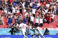 Na ME opäť tuhla krv v žilách: Fanúšik vo Wembley spadol z tribúny, jeho stav je vážny