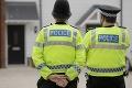 Sadol do auta a vrazil do davu ľudí: Britská polícia hlási zranených, neznámy muž je na úteku