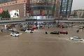Čínske mesto skončilo pod vodou, zahynulo 12 ľudí: Prudké lejaky pustošili, čo sa dalo