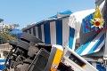 Nešťastie v obľúbenom letovisku: Autobus sa zrútil z cesty a dopadol k pláži, vodič zahynul