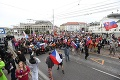 Protesty v Bratislave nie sú až také pokojné: Zasahovať museli aj záchranári