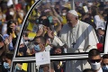 Svätý Otec prišiel do Prešova! Veriacich pozdravil z papamobilu