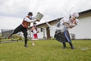 Jaroslav (42) oblieval spolu so synom Goranom (7) manželku Marcelu (38) a dcérku Riu (2).