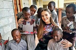 Nairobi, Keňa Mladá slovenská lekárka Monika (26) s deťmi, ktoré potešili nové školské pomôcky.