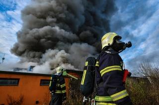 Areál firmy Agba zachvátili plamene a dym.