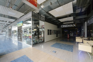 Uzatvorené obchody v zábavnom obchodnom centre v Nitre.