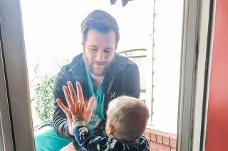 Lekár prišiel aspoň takýmto spôsobom pozdraviť svojho syna.