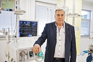 Lekárov na obsluhu dýchacích prístrojov školí vedecký spolupracovník firmy Pavol Torok.