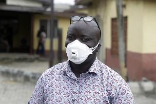 Muž s ochranným rúškom v Nigérii