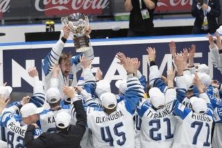 Fíni s trofejou majstrov sveta.