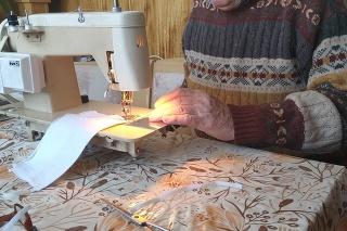 Rúška začal šiť aj 83-ročný penzista Imrich Somogyi.