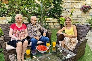 Gott na fotke so staršími dcérami Dominikou (vľavo) a Luciou, počas narodeninovej návštevy v júli.