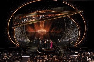 Herci a tvorcovia pri preberaní ceny za film Parazit.