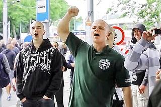 Milan Mazurek sa preslávil hulákaním na moslimskú rodinu na stanici.