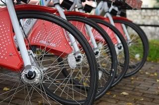 Zdieľané bicykle už stoja na stanovišti bicyklov pri Mestskom úrade v Poprade.