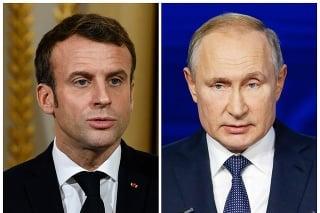 Francúzsky prezident Emmanuel Macron a šéf Kremľa Vladimir Putin