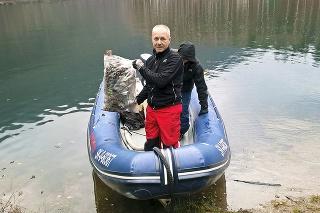 Ladislav Habina na člne, do ktorého aktivisti zbierali odpad.
