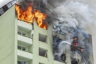 Po výbuchu v Prešove panelák zachvátil veľký požiar.